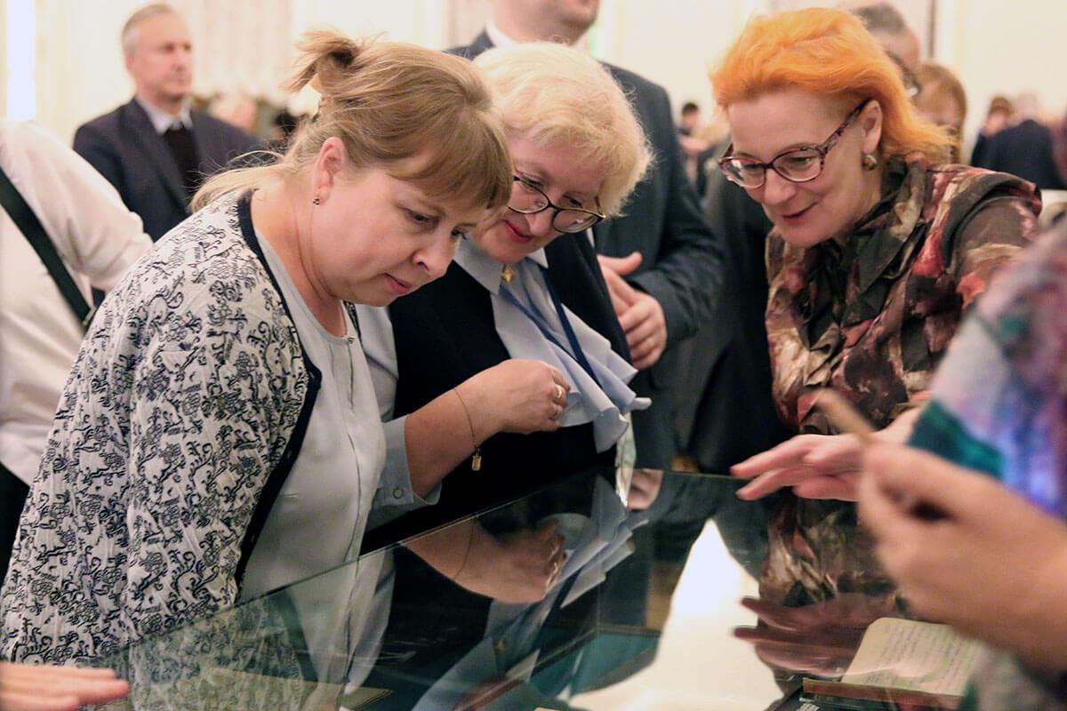 Гостей знакомит с выставкой заведующая сектором хранения и учёта фонда рукописей РГБ <strong>Анна Родионова</strong>. Фото: Мария Говтвань, РГБ