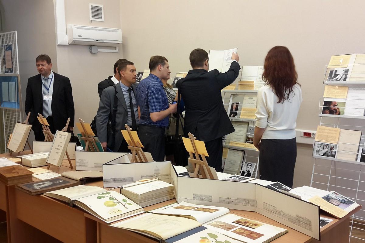Выставка Время события люди в диссертационных исследованиях  Другие диссертации на выставке позволили посетителям совершить небольшой экскурс в разные отрасли знания физика и математика филология и история